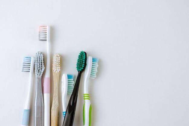 Diferentes tipos de escovas de dente em um fundo branco
