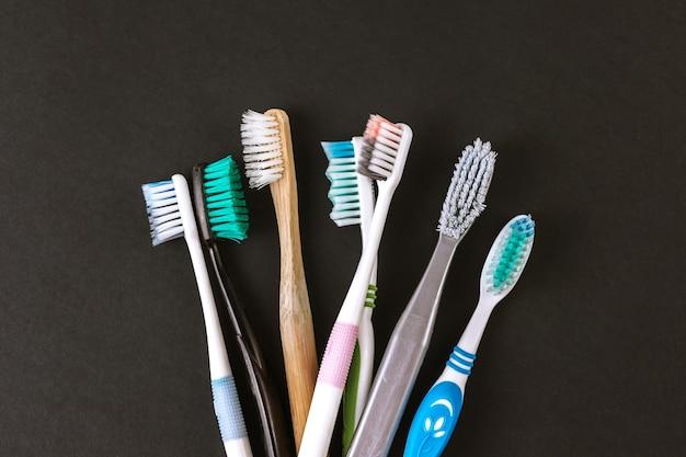 Diferentes tipos de escovas de dente em um fundo preto