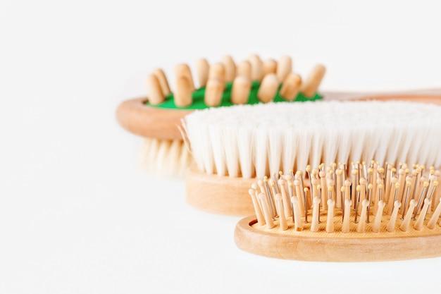 Diferentes tipos de escovas de massagem e cabelo.