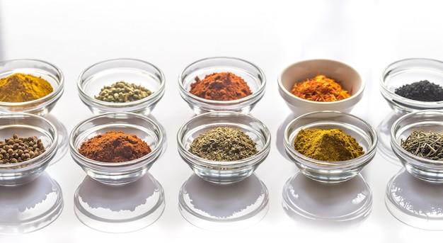 Diferentes tipos de especiarias e ervas