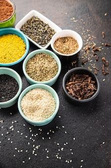 Diferentes tipos de especiarias, temperos, mistura de ervas picantes e picantes, porção fresca de especiarias