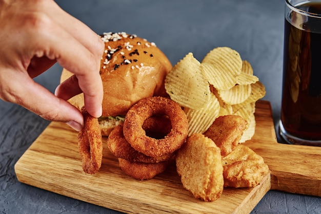 Diferentes tipos de fastfood e lanches na mesa