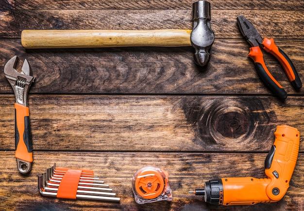 Diferentes tipos de ferramentas de trabalho em fundo de madeira