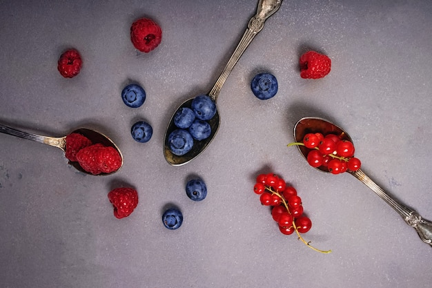 Diferentes tipos de frutas nas colheres