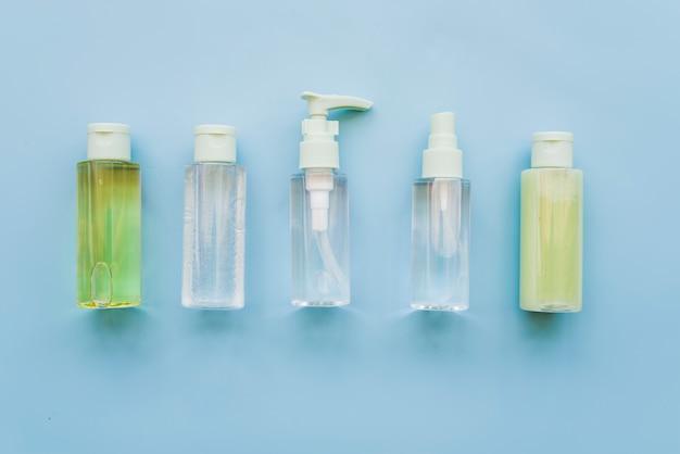 Diferentes tipos de garrafas de spray de aloevera em fundo azul