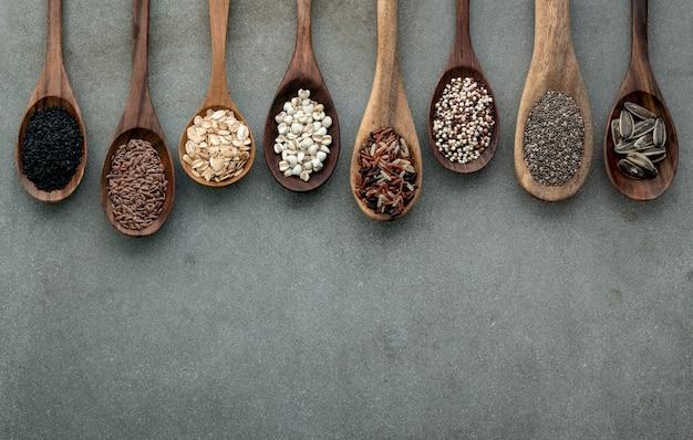 Diferentes tipos de grãos e cereais em colheres
