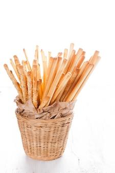 Diferentes tipos de grissini breadsticks em uma cesta