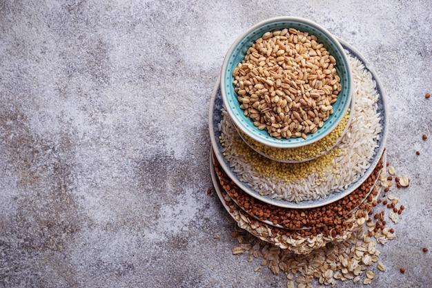 Diferentes tipos de grumos: arroz, sêmola, trigo, aveia, aveia, trigo mourisco