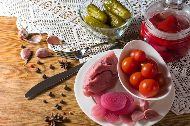 Diferentes tipos de legumes em conserva. pepinos em conserva, tomate, couve, pimenta, verduras, cebola e alho, servidos na mesa de estilo antigo