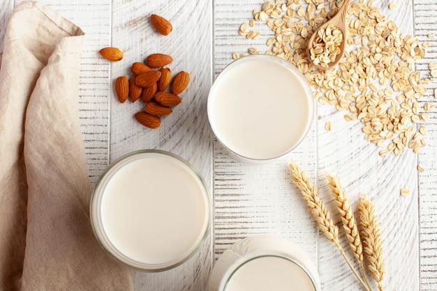 Diferentes tipos de leite sem lactose, uma alternativa aos produtos lácteos, leite de aveia e amêndoa flatlay