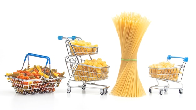 Diferentes tipos de massas italianas em uma cesta de supermercado do mercado em um fundo branco. produtos de farinha e alimentos na culinária