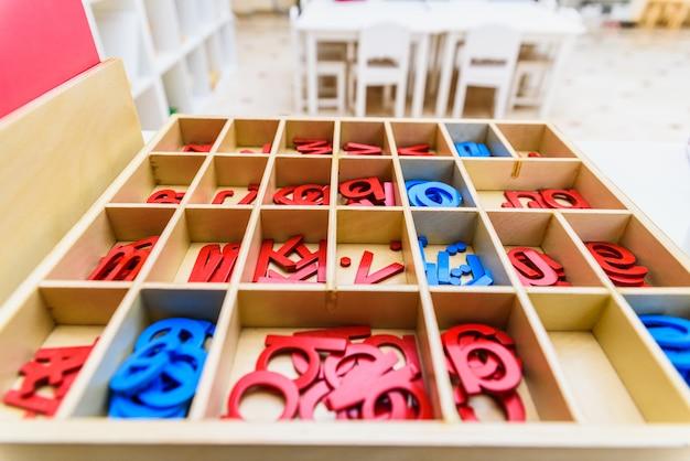 Diferentes tipos de material educacional montessori