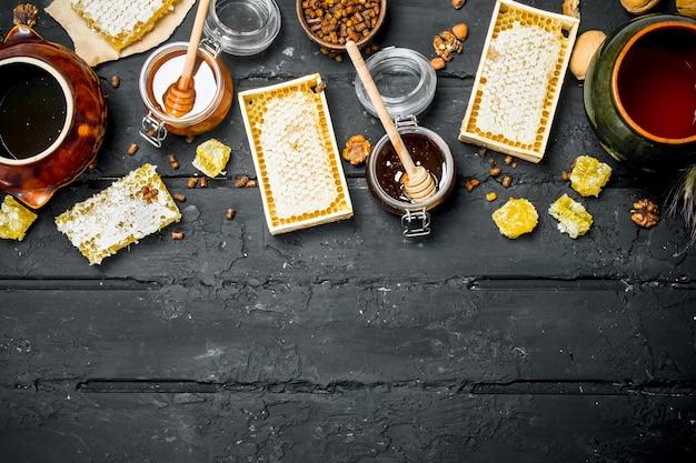 Diferentes tipos de mel. sobre um fundo preto rústico.