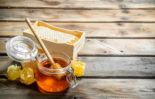 Diferentes tipos de mel. sobre uma superfície de madeira.