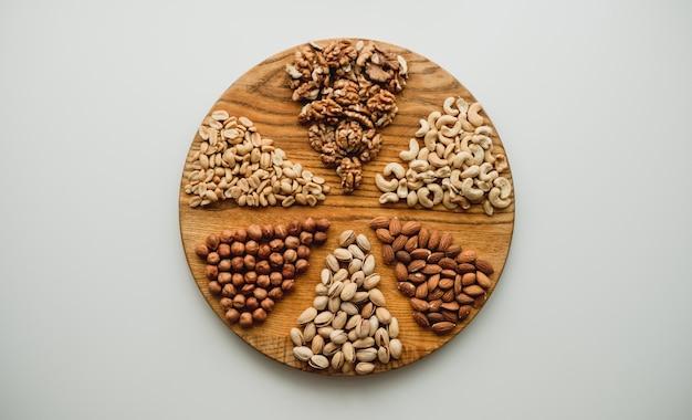 Diferentes tipos de nozes em uma tábua de madeira