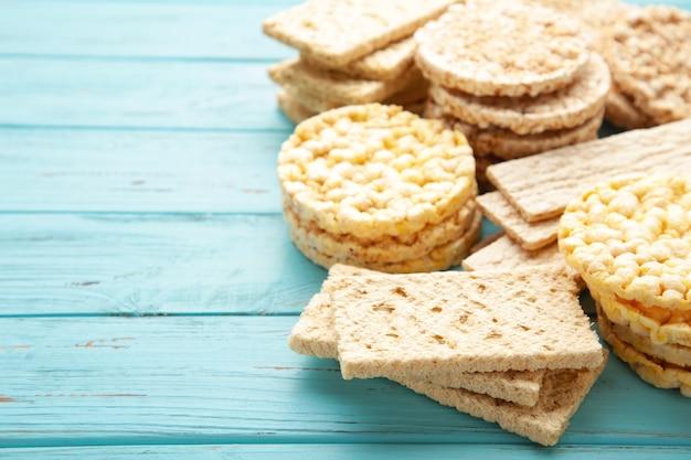 Diferentes tipos de pão crocante em madeira azul
