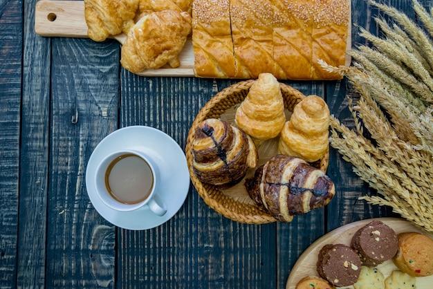 Diferentes tipos de pão e padaria em um fundo de madeira