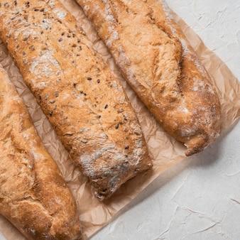 Diferentes tipos de pão em papel manteiga