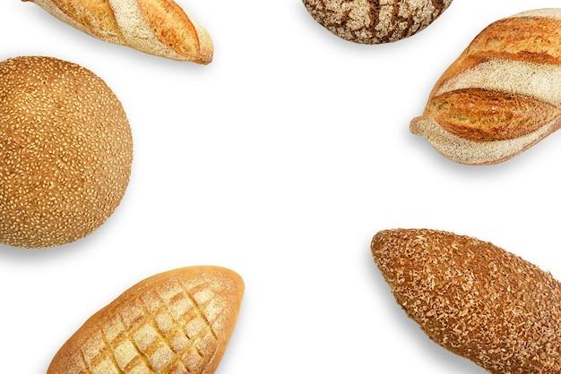 Diferentes tipos de pão em um fundo branco. vista do topo.