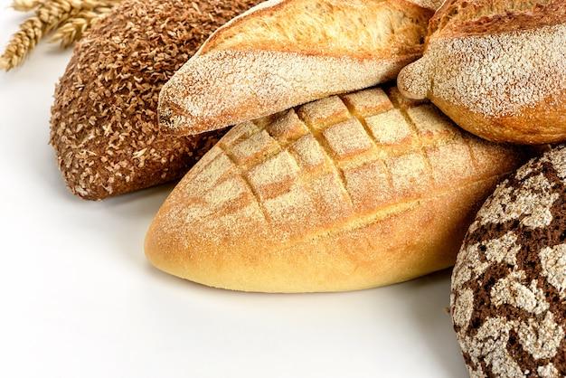 Diferentes tipos de pão em um fundo branco.