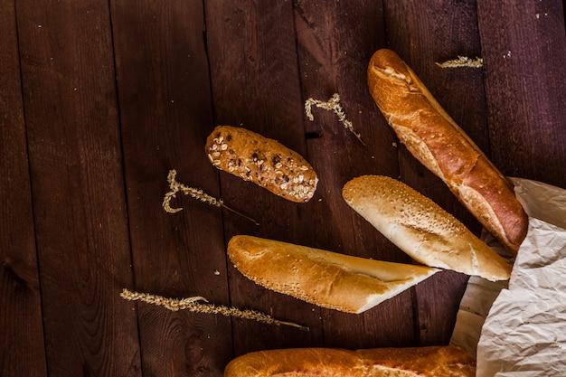 Diferentes tipos de pão em uma mesa de madeira
