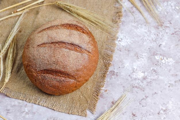 Diferentes tipos de pão fresco como pano de fundo, vista superior