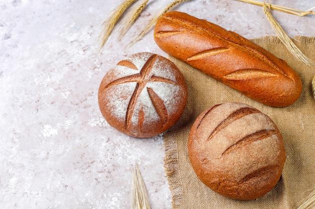 Diferentes tipos de pão fresco como pano de fundo