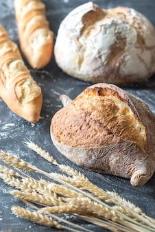 Diferentes tipos de pão na madeira