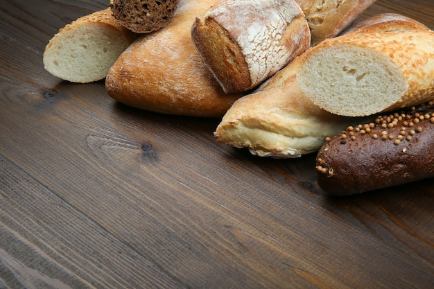 Diferentes tipos de pão na mesa de madeira
