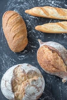 Diferentes tipos de pão na superfície de madeira