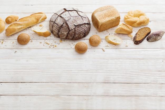 Diferentes tipos de pão no fundo de madeira