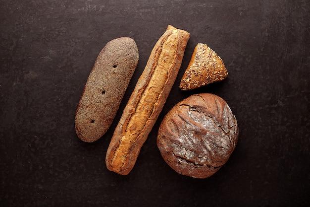 Diferentes tipos de pão rola no quadro negro