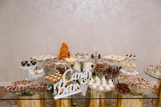 Diferentes tipos de pastelaria doce, pequenos bolos doces coloridos, macaron e outras sobremesas