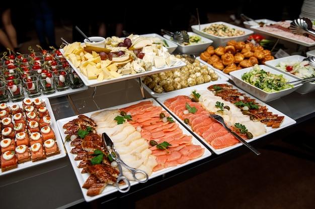 Diferentes tipos de peixes na mesa de banquete
