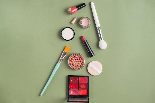 Diferentes tipos de produtos cosméticos em fundo verde