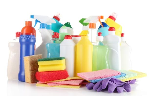 Diferentes tipos de produtos de limpeza domésticos e esponjas coloridas, luvas isoladas em branco