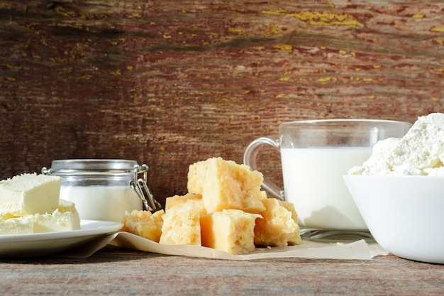 Diferentes tipos de produtos lácteos frescos em uma mesa de madeira
