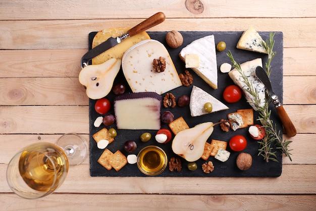 Diferentes tipos de queijo em madeira