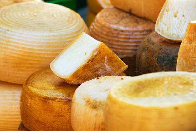 Diferentes tipos de queijo italiano de fazenda feito com leite de cabra
