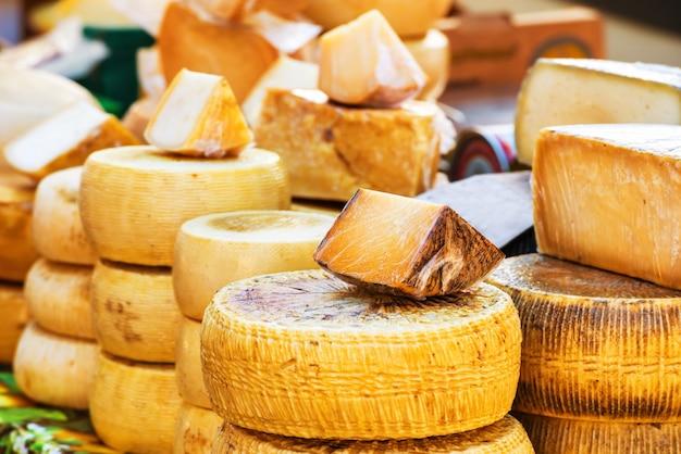 Diferentes tipos de queijo italiano de fazenda produzido com leite de cabra