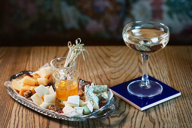 Diferentes tipos de queijo na bandeja e coquetel