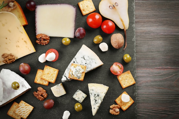 Diferentes tipos de queijo na mesa de madeira