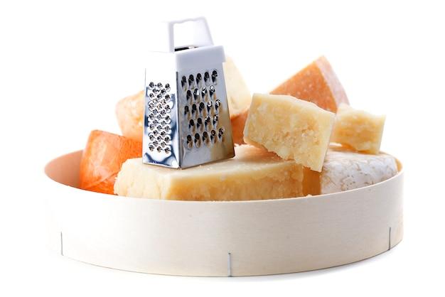 Diferentes tipos de queijos e ralador