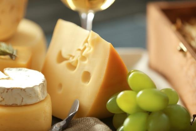 Diferentes tipos de queijos e uvas, closeup