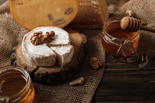Diferentes tipos de queijos. fatias de queijo brie ou camembert com parmesão