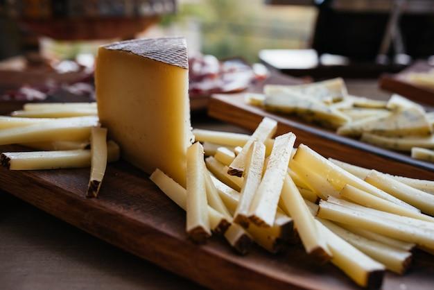 Diferentes tipos de queijos no quadro negro.
