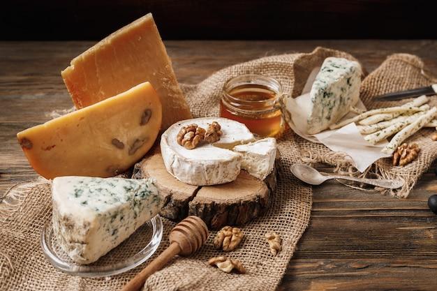 Diferentes tipos de queijos.