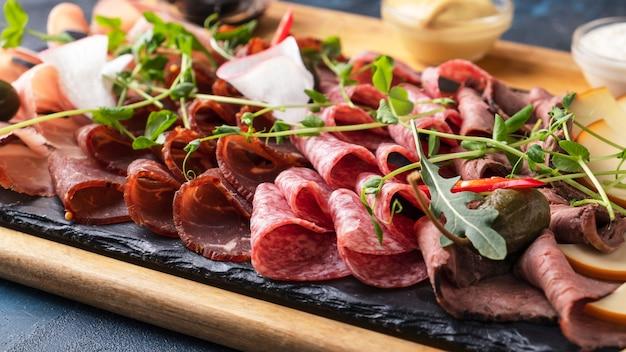 Diferentes tipos de salsichas e carnes defumadas. fechar-se