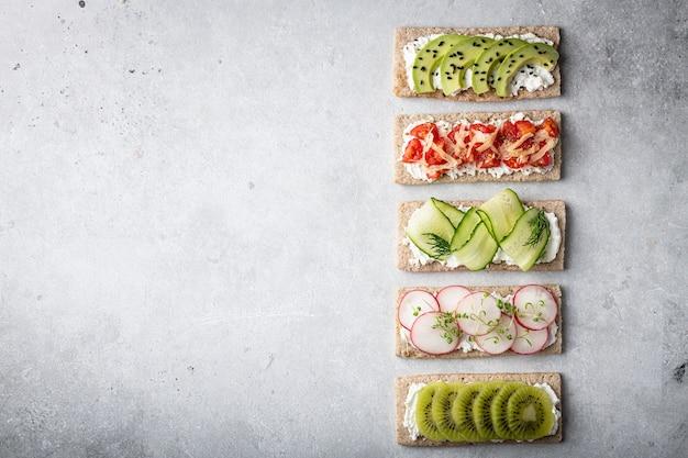 Diferentes tipos de sanduíches coloridos