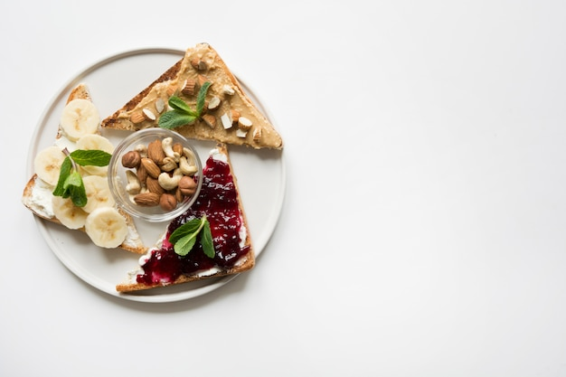 Diferentes tipos de sanduíches para um café da manhã saudável e sem açúcar